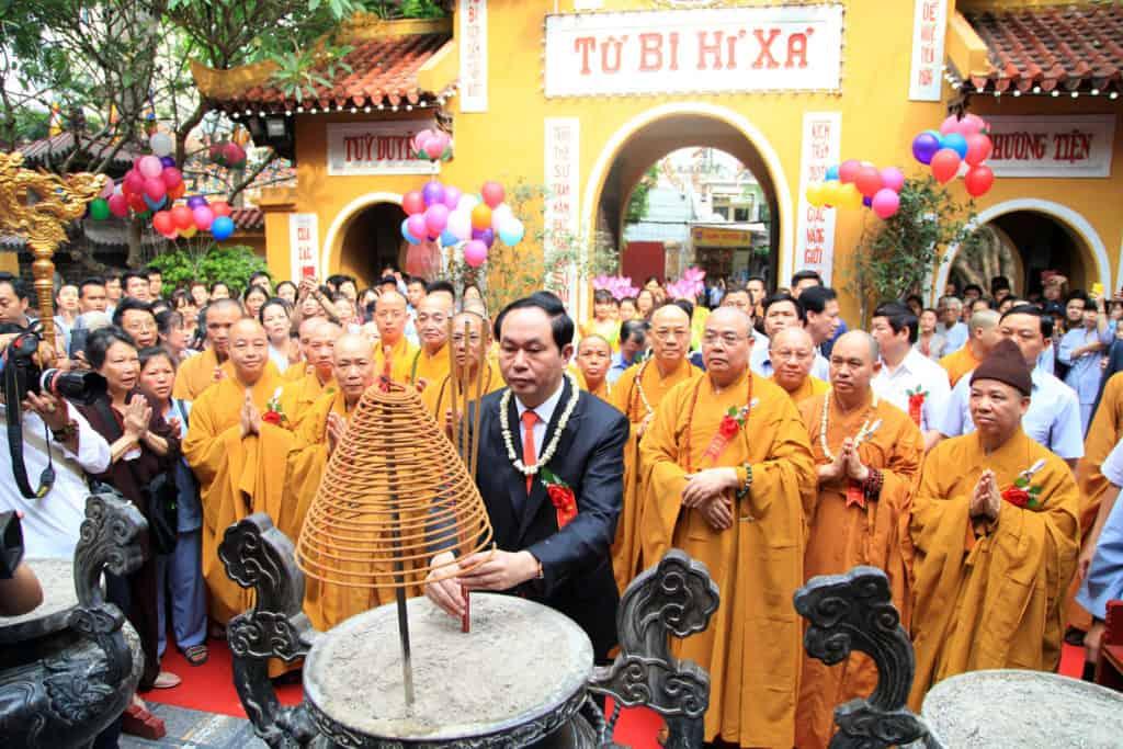 Chủ tịch nước dâng hương trong lễ Phật đản