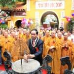chủ tịch nước thấp hương trong lễ phật đản