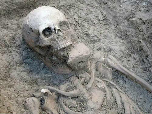 bộ xương ma cà rồng bị nhét gạch trong miệng