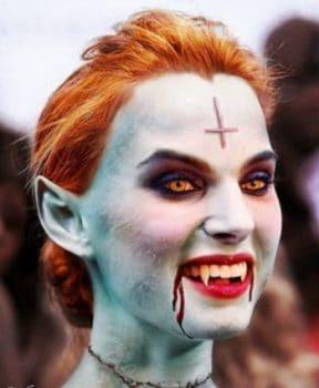 các tín đồ ma cà rồng cấy ghép răng nanh giả và uống máu người