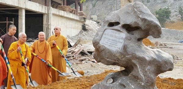 hòa thượng chủ tịch trồng cây bồ đề lưu niệm tại chùa tam chúc
