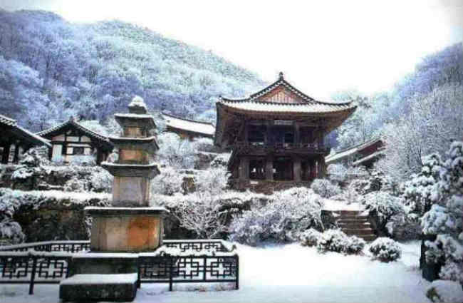 ngôi chùa Buseok-sa trên núi Bonghwang. Ảnh san-shin.net