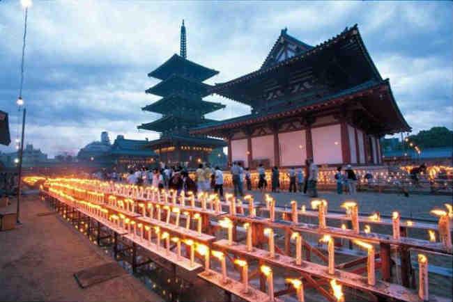 Lễ hội đèn nến Manto Kuyo Hovo tại ngôi già lam cổ tự Shitennoji, Osaka