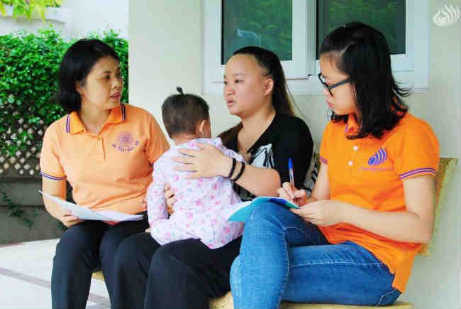 Mẹ bé T.T.N.T.M chia sẻ với đại diện Ban Điều hành Quỹ Đạo Phật Ngày Nay (bên trái).