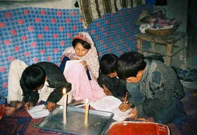 trẻ em nghèo afghanistan sử dụng đèn nến trong việc học tập và sinh hoạt