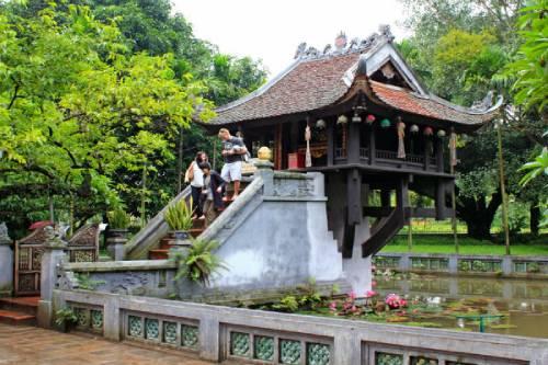 13 bậc thang lên chùa để đảnh lễ và dâng hương Mẹ Quan Âm chùa Một Cột