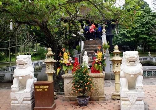 đôi sư tử đá canh giữ trước sân chùa Một Cột