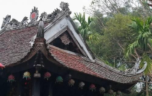 mái ngói cổ kính của chùa Một Cột