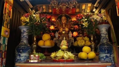 nơi thờ Bồ tát Quan Âm ở chùa Một Cột được bài trí lộng lẫy và trang nghiêm