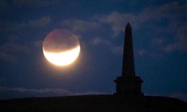 Phần tối hình tròn in trên bề mặt Mặt trăng là bóng của Trái đất