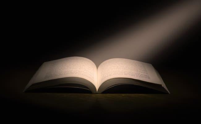 Tỉnh thức giống như có một luồng ánh sáng chân thật chiếu vào cuốn sách kiến thức của bạn